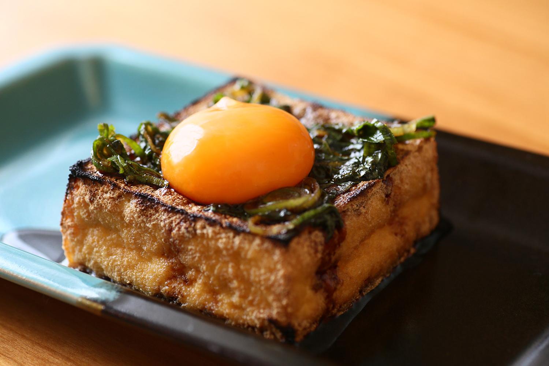 厚揚げステーキの卵黄、薬味ソース